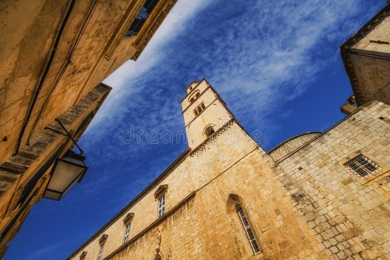 Een brede hoekmening van het Franciscan klooster in Dubrovnik van Stradun-straat stock afbeelding