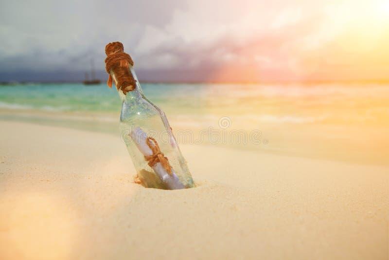 Een brief in een fles op het strand Eilandlevensstijl Wit zand, kristal-blauwe overzees van tropisch strand Het oceaanstrand onts royalty-vrije stock fotografie