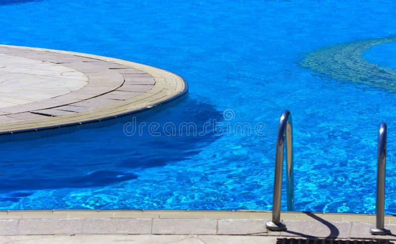 Een briljante trap wordt verminderd in de mooie pool royalty-vrije stock fotografie