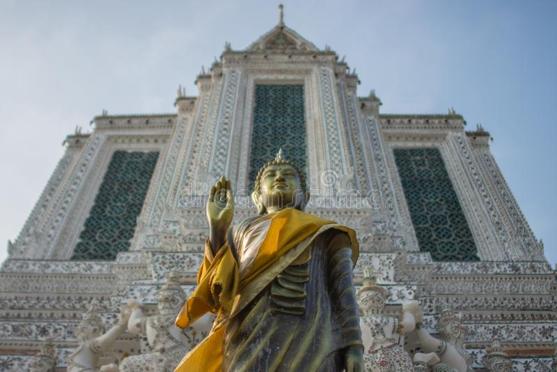 Een brons Boedha binnen Wat Arun, Bangkok Thailand stock fotografie