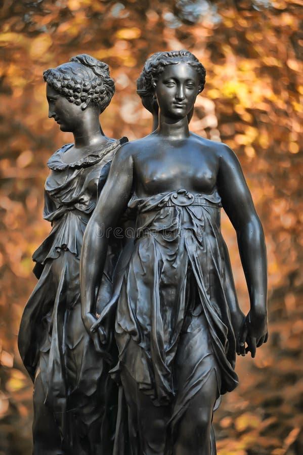 Een bronsbeeldhouwwerk van Drie vereert stock afbeelding