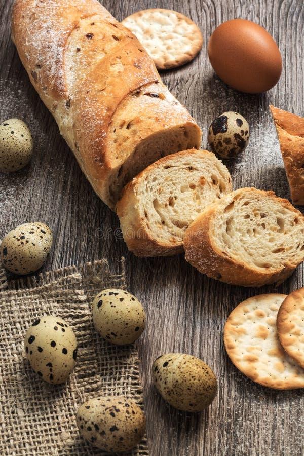 Een brood dat in stukken met kwartelseieren wordt gesneden stock foto's