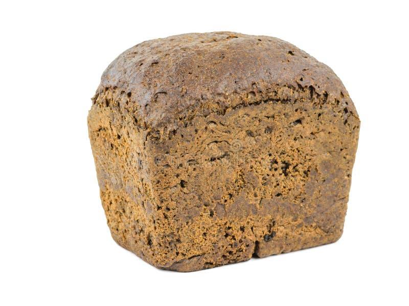 Een brood van donker brood van ruwe die bloem op een witte achtergrond wordt geïsoleerd stock afbeelding