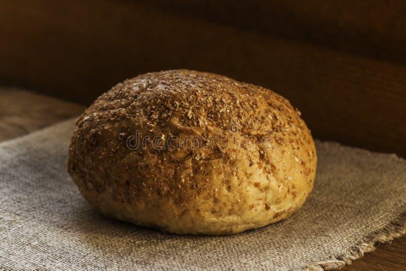Een brood van roggebrood ligt op een natuurlijk blauw textielservet, het concept gezond voedsel stock foto's