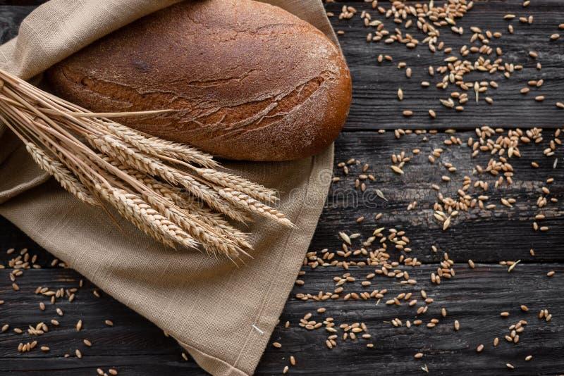 Een brood van vers brood ruikt geurig Mooi blozende korst Klaar voedsel stock foto's