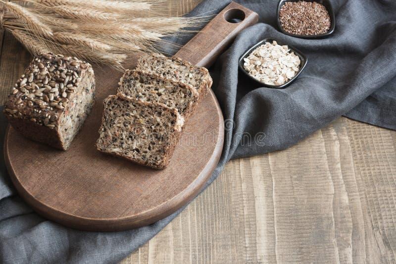 Een brood van vers rustiek roggebrood op houten raad De achtergrond van het Healphyvoedsel Sluit omhoog De ruimte van het exempla royalty-vrije stock afbeeldingen