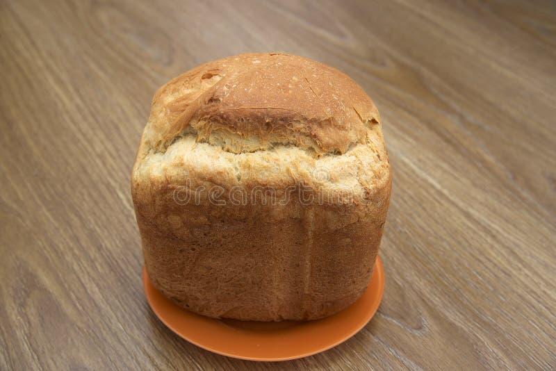 Een brood van wit brood op een houten lijst stock afbeelding