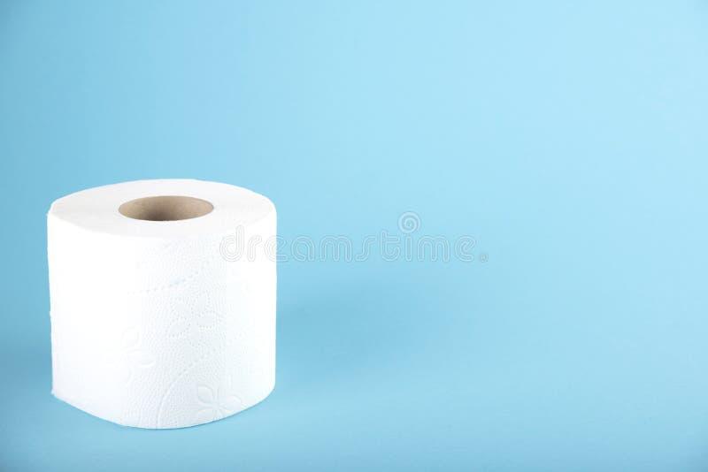Een broodje van wit toiletpapier op een gekleurde achtergrond Ruimte voor tekst royalty-vrije stock afbeeldingen