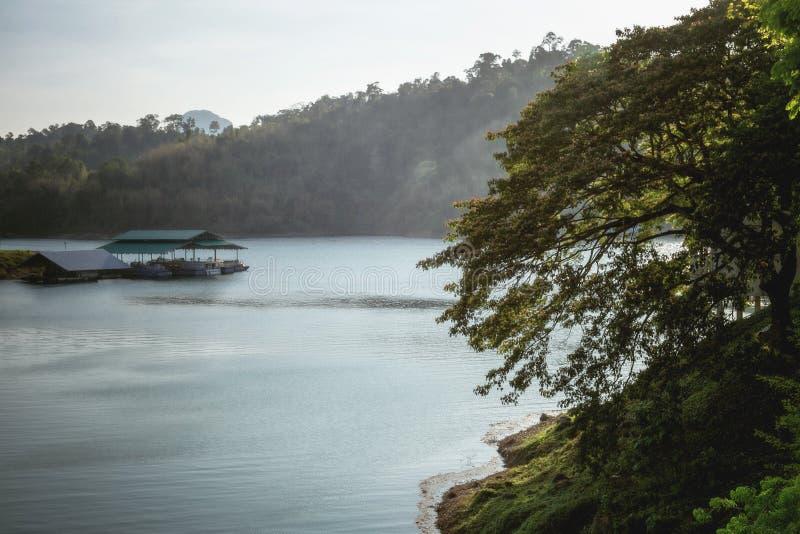 Een brug die neer tot de lagere rand van de dam leiden stock foto's