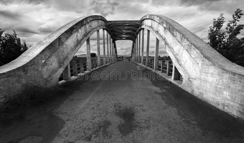Een brug in een landweg stock afbeelding