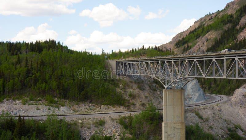 Een brug over een canion in Alaska royalty-vrije stock afbeeldingen