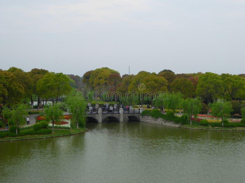 Een brug over een meer bij de bloemhaven van Shanghai royalty-vrije stock afbeelding