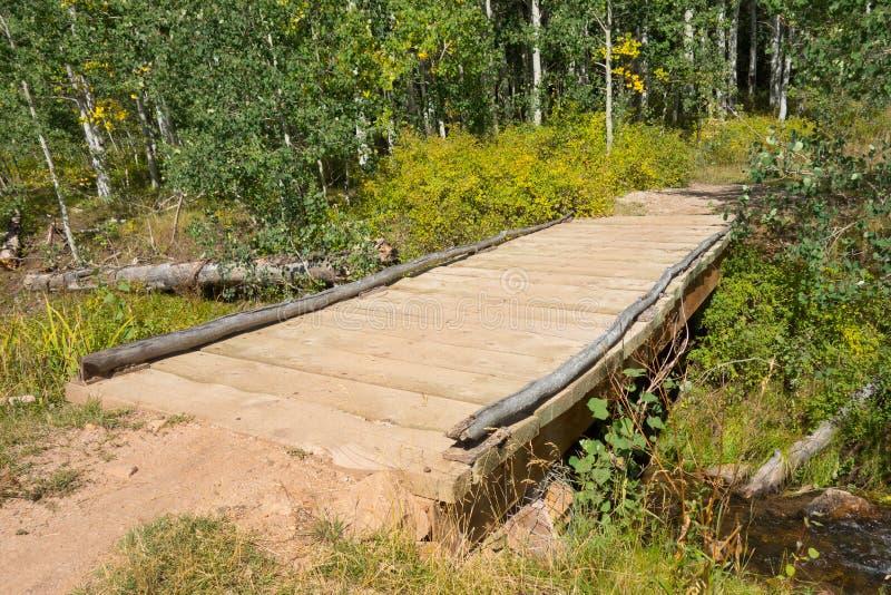 Een brug over een stroom in de woestijn stock afbeeldingen
