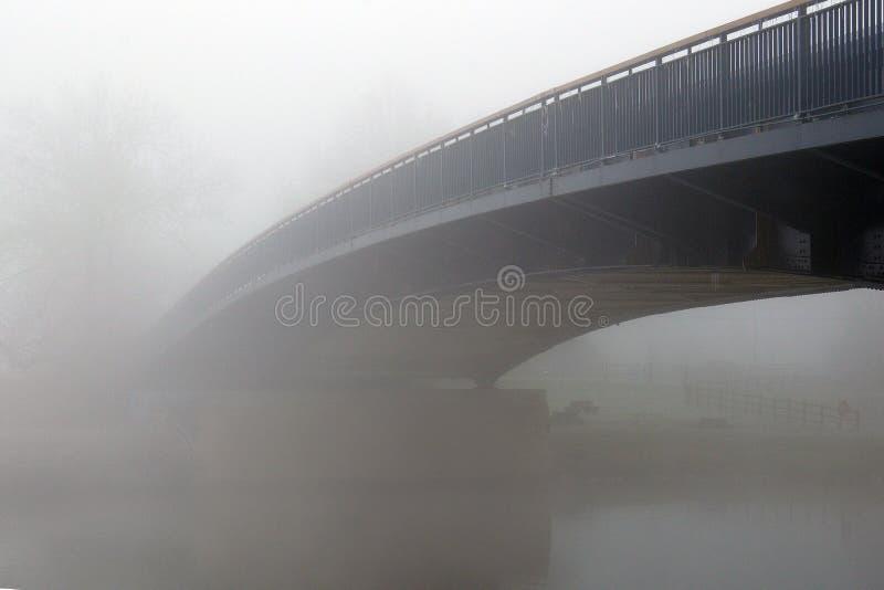 Een brug over een rivier, die in de mist op een koude de wintersdag verdwijnen Upton Upon Severn, Worcestershire, het UK stock fotografie
