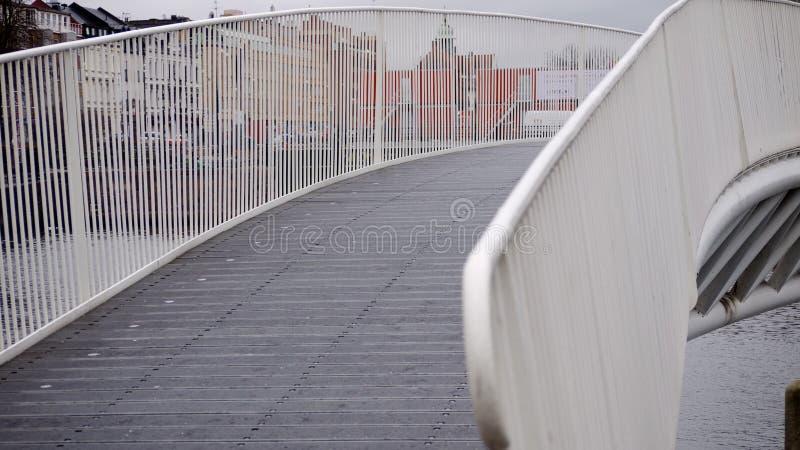 Metaalbrug over waterweg in regen royalty-vrije stock fotografie