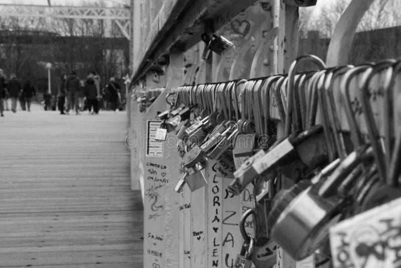 Een brug van geheugen van het paar in Parijs stock afbeelding