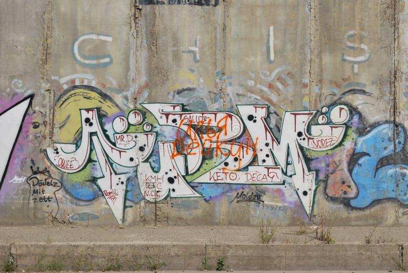 Een brug vernielde met het art. van de straatgraffiti stock afbeelding