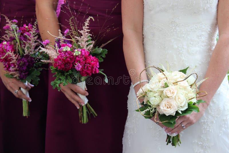 Een bruid en van haar bruidsmeisje bloemen royalty-vrije stock afbeeldingen