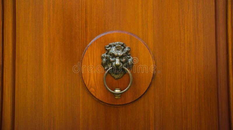 Houten deur met kloppers stock fotografie
