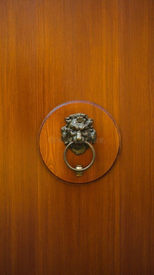Verticale houten deur met kloppers stock foto's