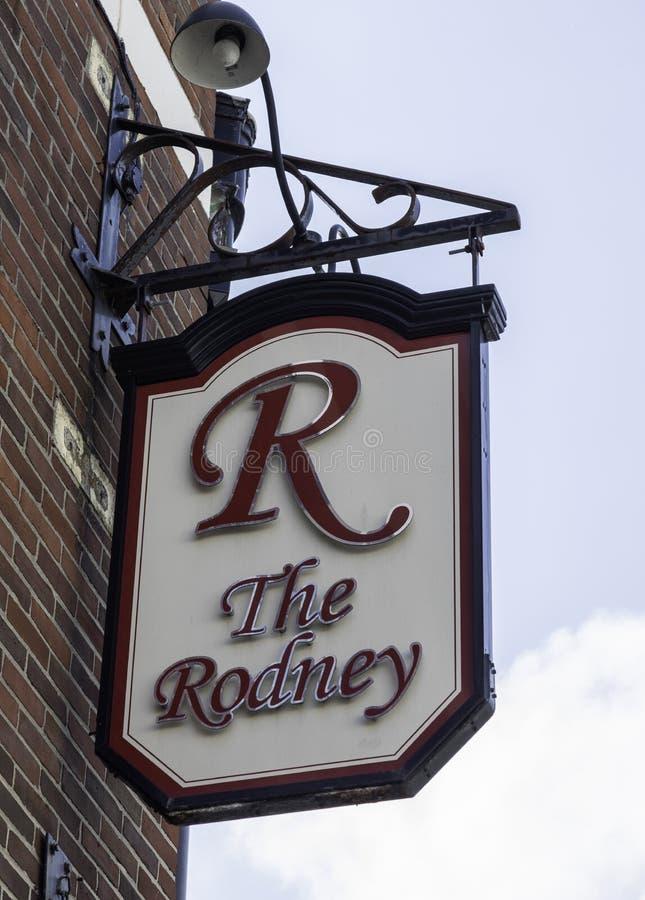 Een buitenkant zette barteken voor de bar op Rodney Warrington M stock foto