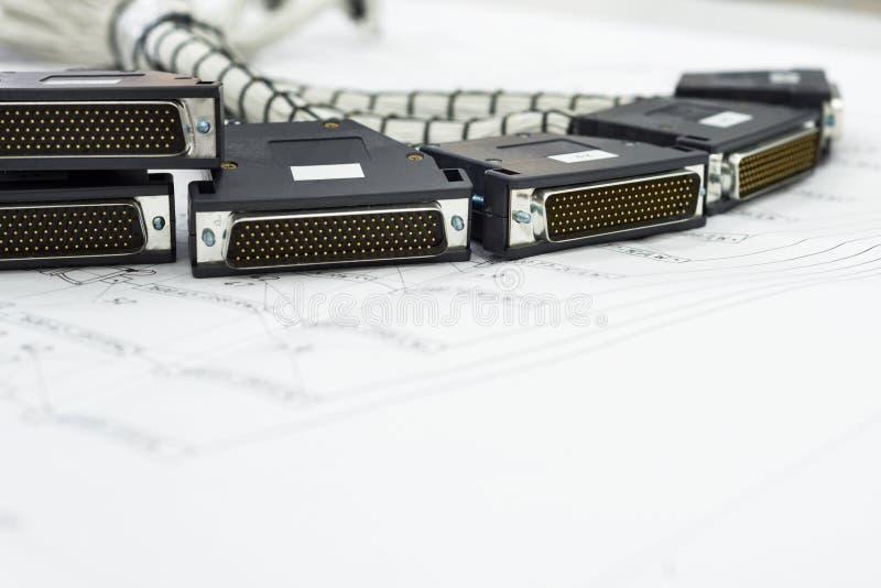 Een bundel van kabeluitrustingen ligt op de lijst stock foto