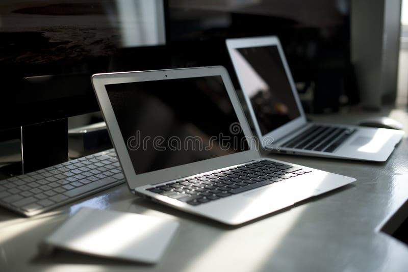 Een bureauhoogtepunt van Apple-computerproducten stock fotografie