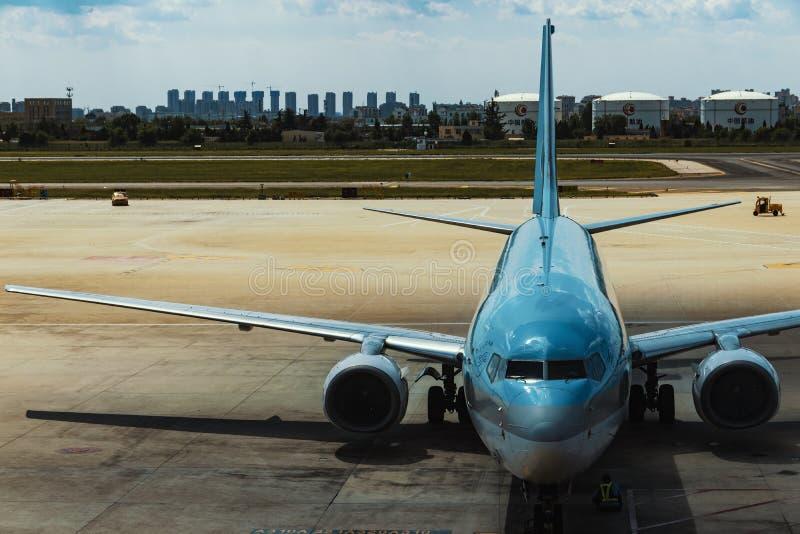 Een burgerlijk vliegtuig in de luchthaven royalty-vrije stock afbeeldingen