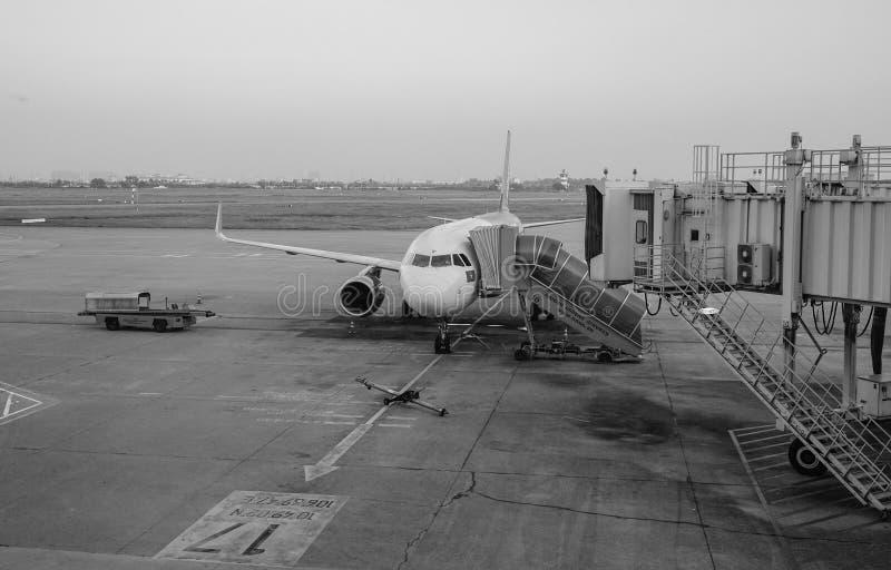 Een burgerlijk vliegtuig die bij de luchthaven in Rach-Gia, Vietnam dokken royalty-vrije stock foto's