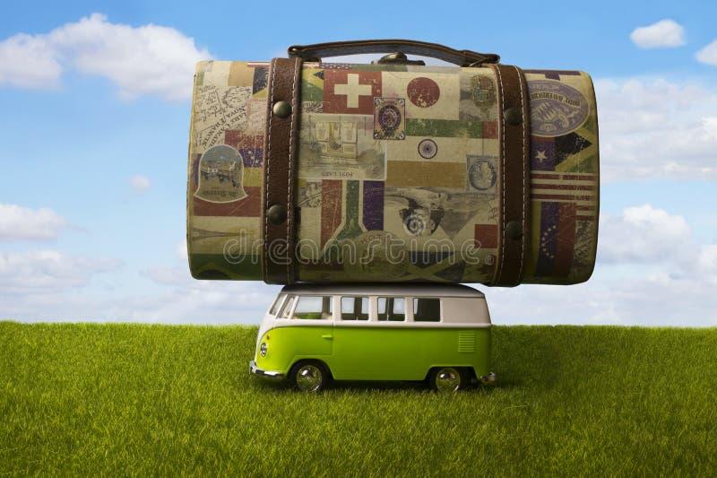 Een bus die een reusachtige koffer dragen stock fotografie