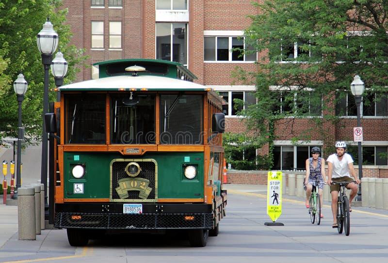 Een bus en twee fietsers op Universiteit van Minnesota royalty-vrije stock foto's