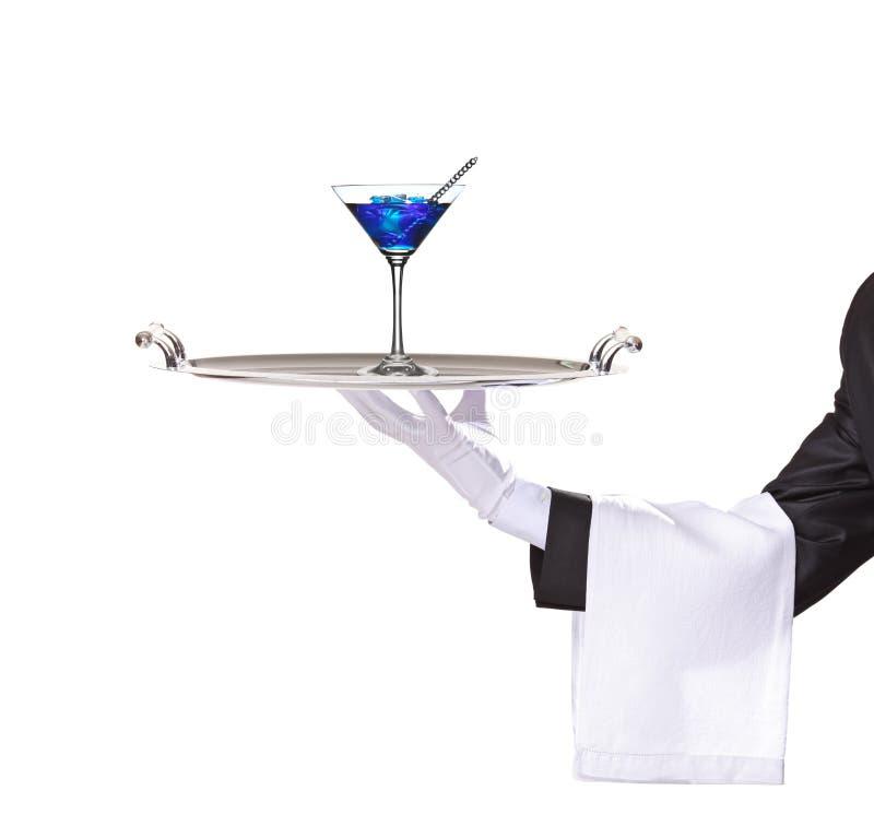 Een butler die een dienblad met cocktail houdt royalty-vrije stock foto's