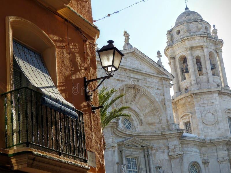Een $c-andalusisch balkon in de voorgrond met een witte kathedraal erachter aan Cadiz in Spanje stock afbeelding