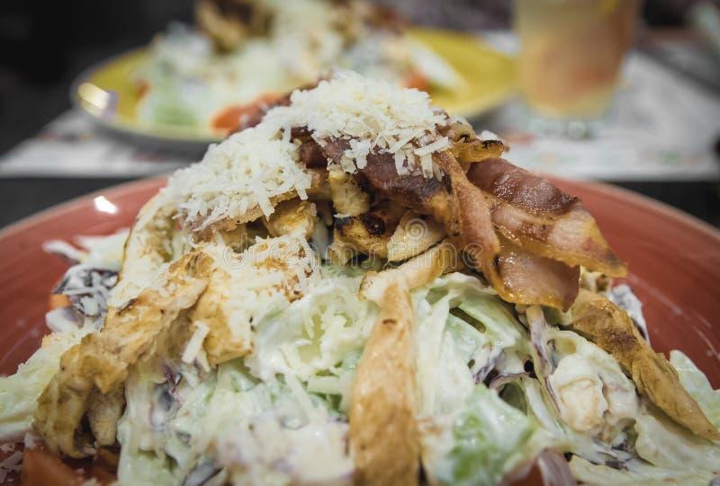 Een Caesar-salade is een groene salade van snijsla en croutons gekleed met citroensap, olijfolie, ei, Worcestersaus royalty-vrije stock afbeelding