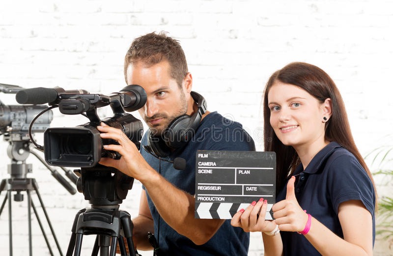 Een cameraman en een vrouw met een filmcamera stock foto