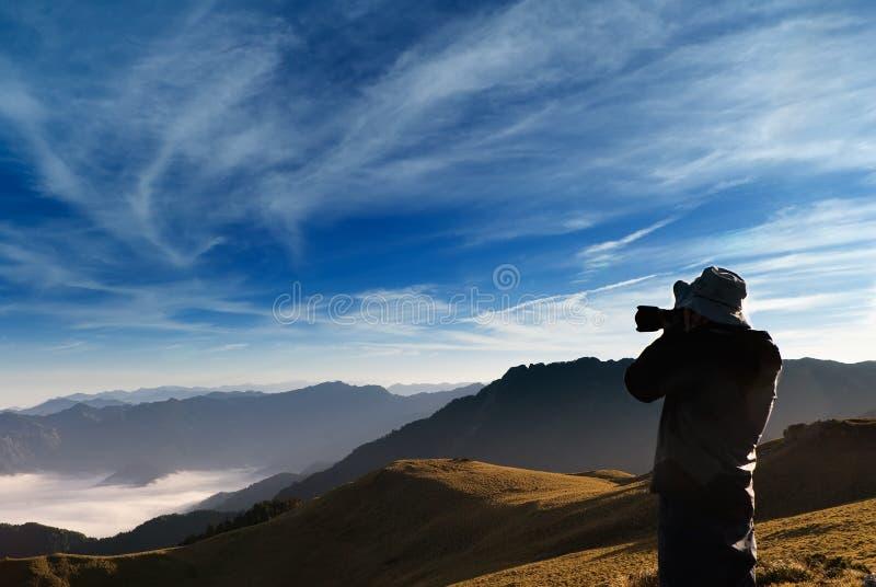 Een cameraman standed stock fotografie