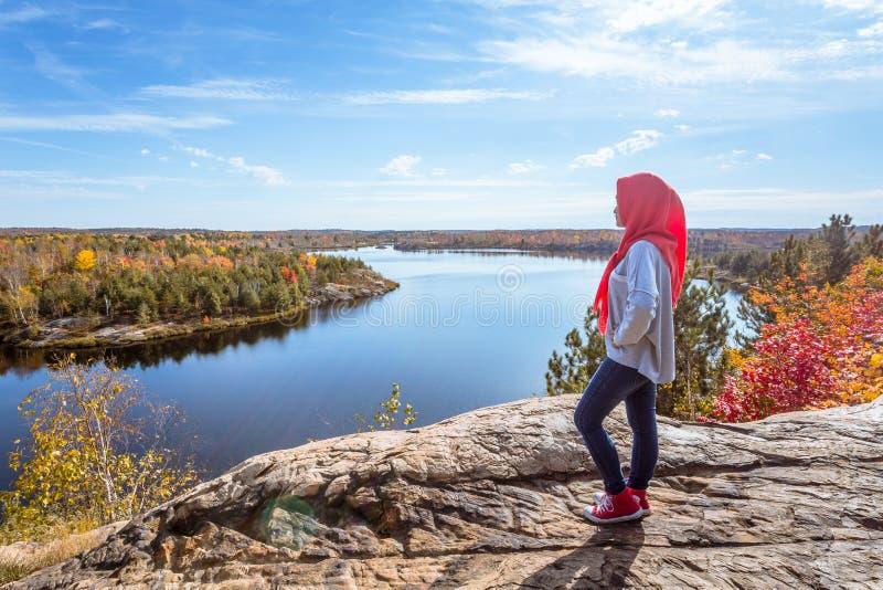 Een Canadese moslim het genieten van mening vanaf bovenkant van de heuvel stock afbeeldingen