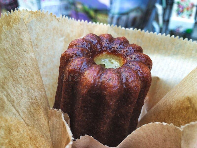 Een canelé is een klein Frans die gebakje met rum en vanille op smaak wordt gebracht royalty-vrije stock foto's