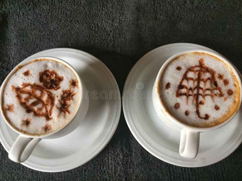 Een cappuccino is een op espresso-gebaseerde koffiedrank stock afbeelding
