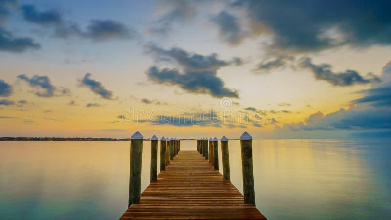Een Caraïbische zonsopgang van een dok royalty-vrije stock afbeeldingen