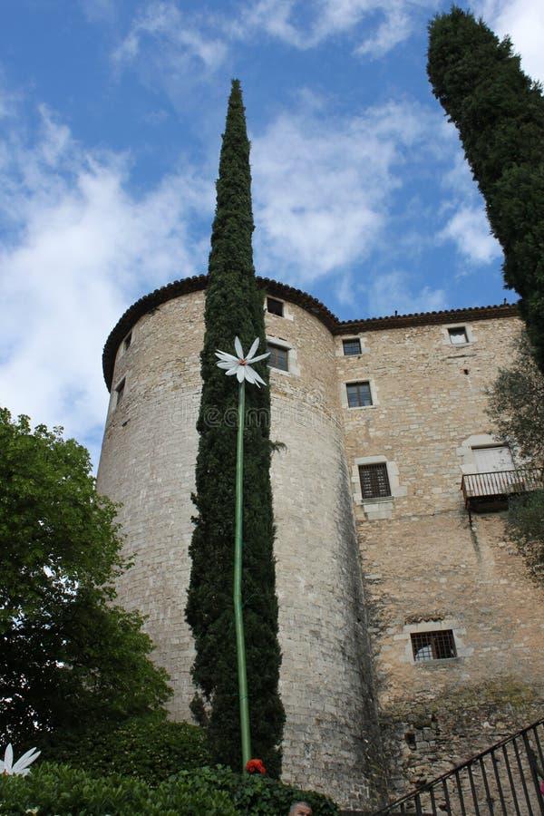 Een Catalaans kasteel en een deel van de tuin stock foto