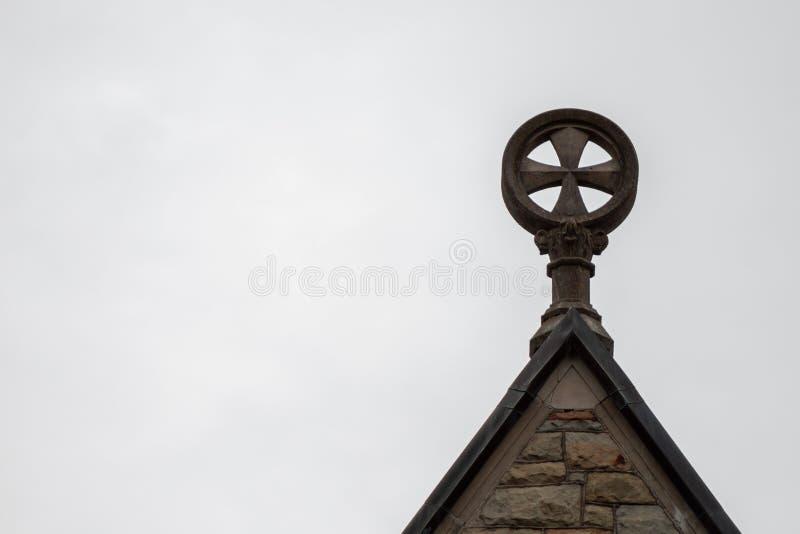 Een Cathilic-Kruis boven op een Katholieke Kerk royalty-vrije stock afbeeldingen