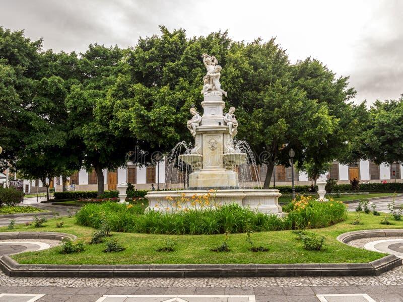 Een centrale die fontein in neo-Renaissancestijl op Weyler-Vierkant in Santa Cruz de Tenerife wordt gevestigd, Canarische Eilande royalty-vrije stock foto's