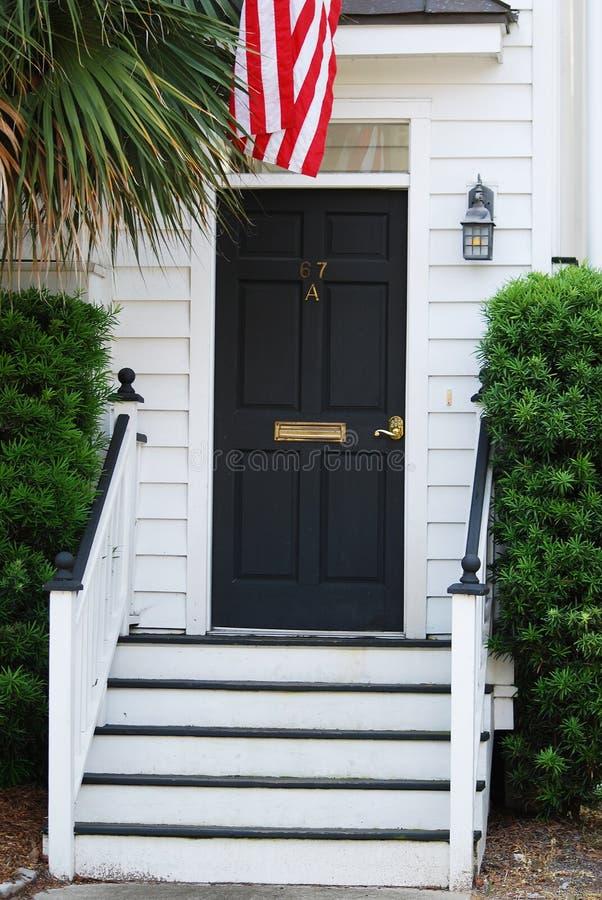 Een charmante deur met vlag in Charleston van de binnenstad, Sc royalty-vrije stock foto's