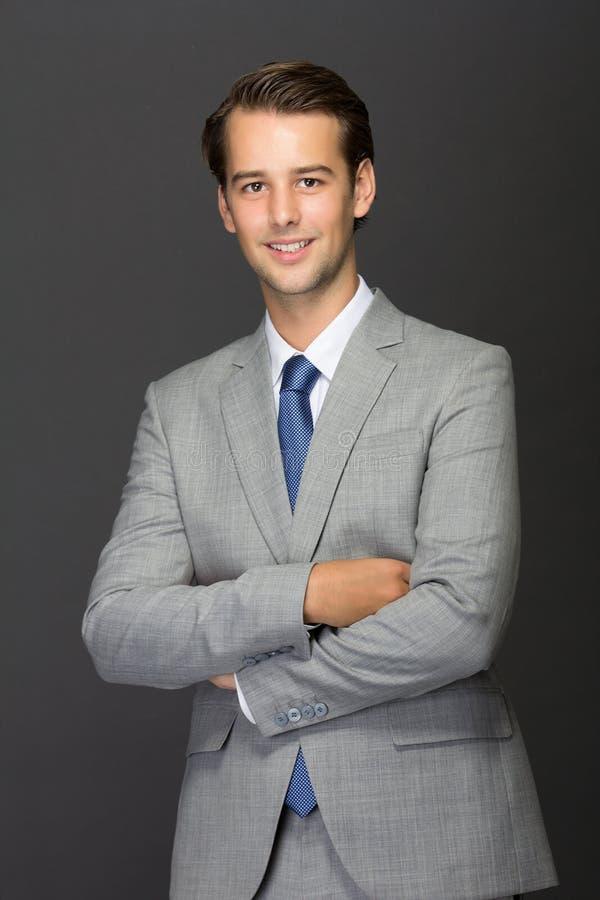 Een charmante jonge mens op een kostuum stock foto's