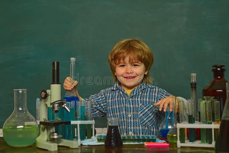 Een chemiedemonstratie biologieexperimenten met microscoop Terug naar School Chemieles Wat binnen wordt onderwezen royalty-vrije stock foto's