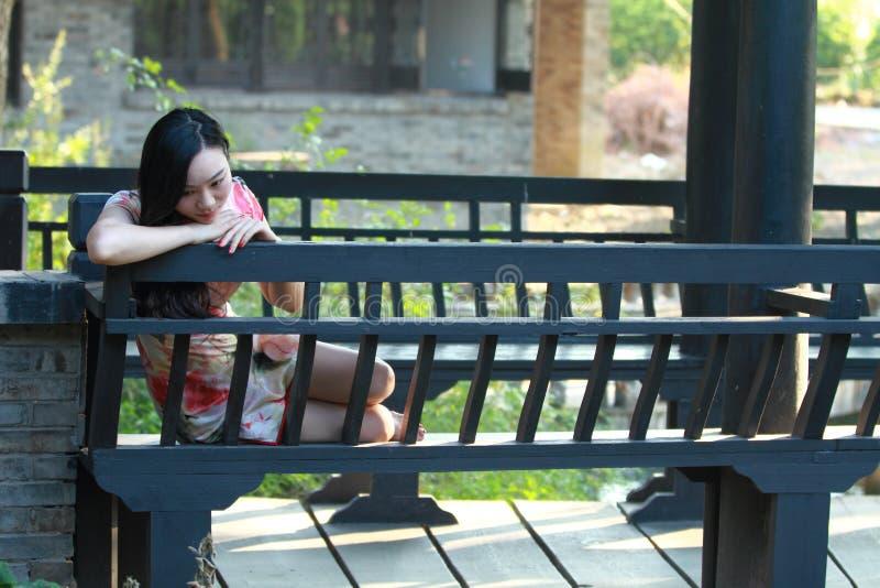 Een Chinese vrouw draagt traditionele kleding in het waterpark van Shanghai royalty-vrije stock afbeeldingen