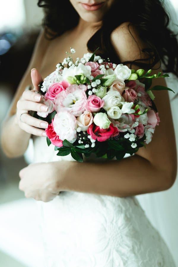 Een close-up van een boeket in tedere bruid` s handen stock afbeeldingen