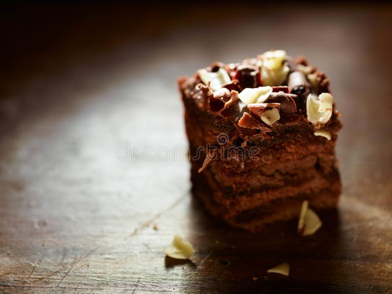 Een close-up van een gekubeerd stuk van chocoladegeval over een houten lijst stock afbeelding