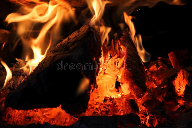 Een Close-up van een Houten Brandende Fornuisbrand stock fotografie